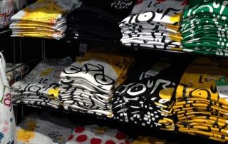 souvenirs-grands-magasins-implantation-tour-de-france-casquette-t-shirt-cyclisme-holiprom